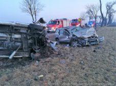 Czołowe zderzenie samochodu osobowego z samochodem dostawczym