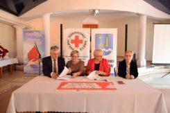 Uroczyste wręczenie podziękowań dla krwiodawców przez PCK oraz podpisanie umowy na klub seniora w wiejskiej gminie Ciechanów