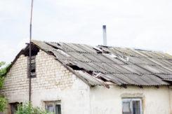 Zerwany dach na budynku gospodarczym