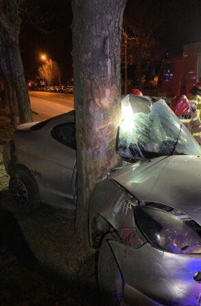 Zderzył się z drzewem potem oddalił się z miejsca wypadku