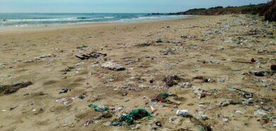 Wakacje nad morzem. Sprawdź, co robić, by nie zmieniać plaż w śmietniska